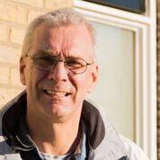 Richard Fijn van Draat legt uit de renovatiewerkzaamheden van zijn huis.